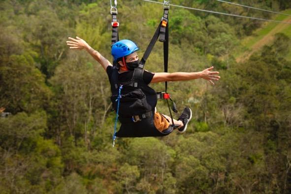 Adrenalina-ao-voar-sobre-uma-caverna