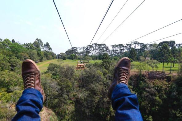 Adrenalina-ao-voar-sobre-sobre-uma-caverna